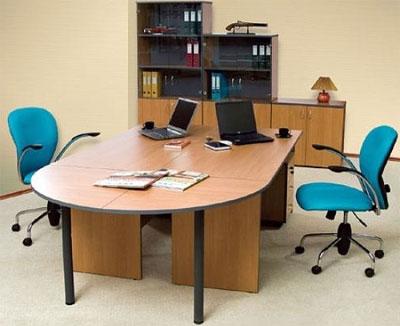 Столы в офисе компании – удобно и красиво