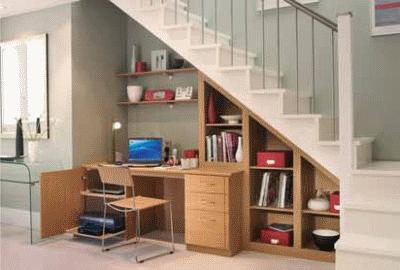 Используем свободное пространство под лестницей правильно