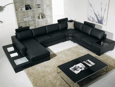Строгий черный диван в дизайне интерьера
