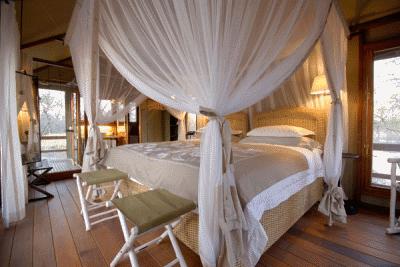 Кровать с навесом в современной спальне