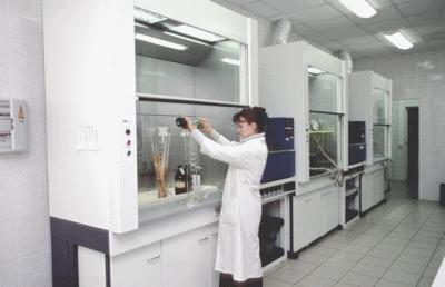 Зачем нужен вытяжной шкаф для лаборатории?