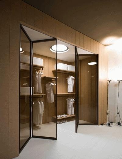 Современный шкаф с зеркалом в дизайне интерьера