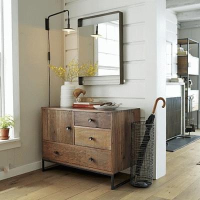 Сочетание стойки для зонтиков и мебели в интерьере