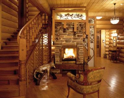 Деревянная мебель и лестницы в интерьере частного дома