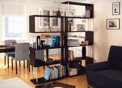 Использование стеллажей в интерьере гостиной