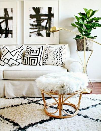 Использование диванных подушечек в интерьере гостиной