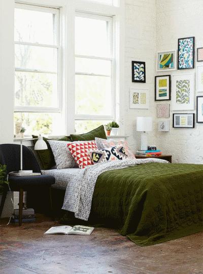 Можно ли устанавливать спальную кровать изголовьем к окну?