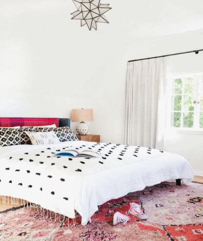 Делам уютную и яркую спальню с белыми стенами