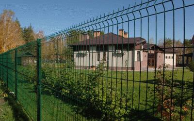 Преимущества забора сетки для обустройства загородного дома